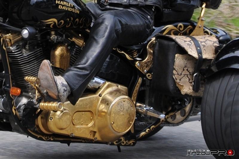 金メッキエンジンチョッパートライクのライダーは蛇皮ブーツ! 2