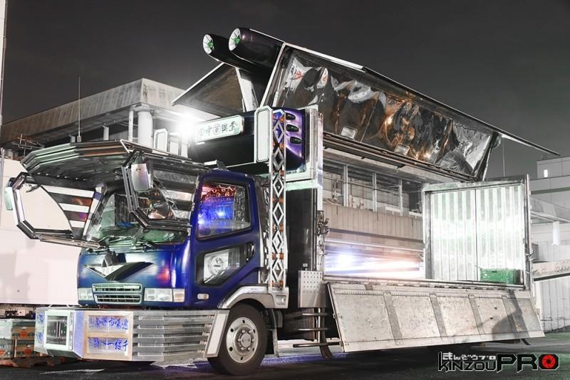 Photo of 【光る街道美学】電飾点灯してなくてもキラキラしていて空を飛んで行きそうなデコトラ