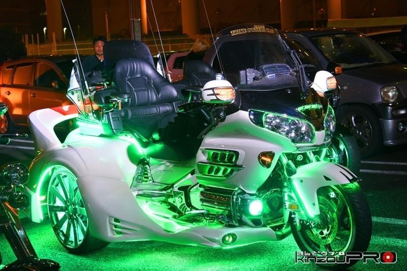 Photo of 緑に光る白いカスタムトライク!ホンダ GL1800ゴールドウィング