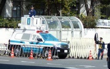 極左がビビり警察が油断する?気づいて驚く機動隊警備車両風街宣車!