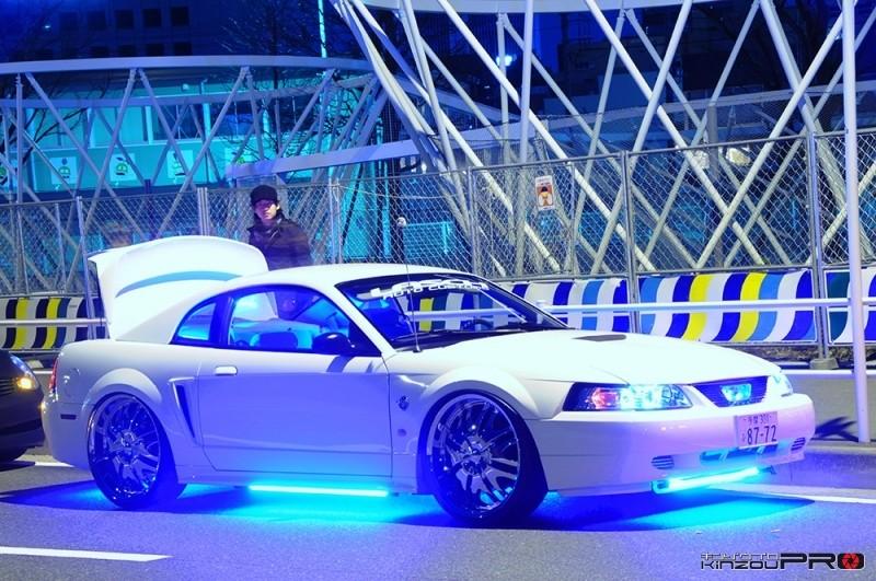 Photo of ブルーライトピカピカの白いフォードマスタング@MMローライダー