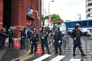 ロシア大使館前で激突大乱闘!武装警察vs街宣右翼「頭数じゃ負けねえぞ!」 1