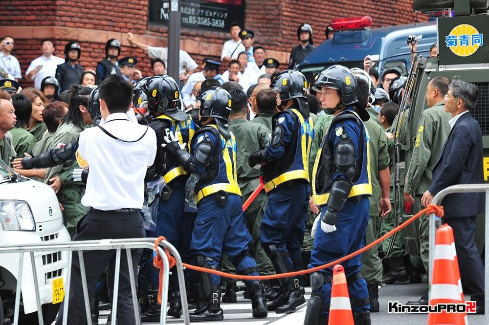 ロシア大使館前で激突大乱闘!武装警察vs街宣右翼「頭数じゃ負けねえぞ!」 5