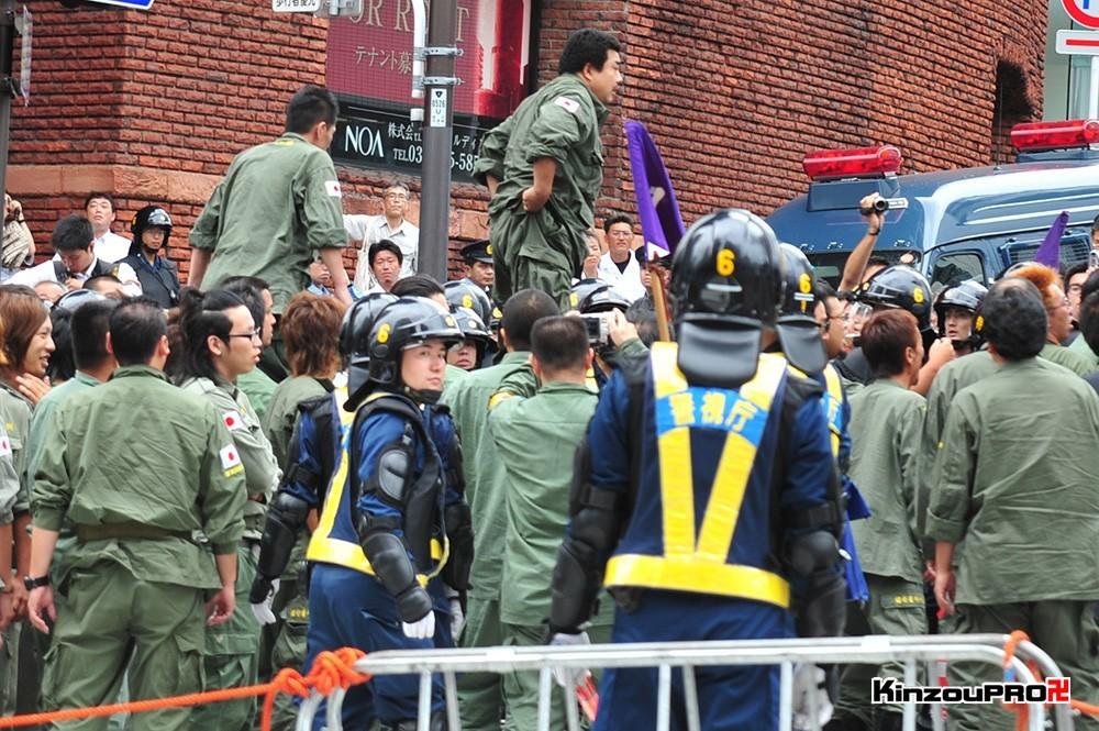 ロシア大使館前で激突大乱闘!武装警察vs街宣右翼「頭数じゃ負けねえぞ!」 4
