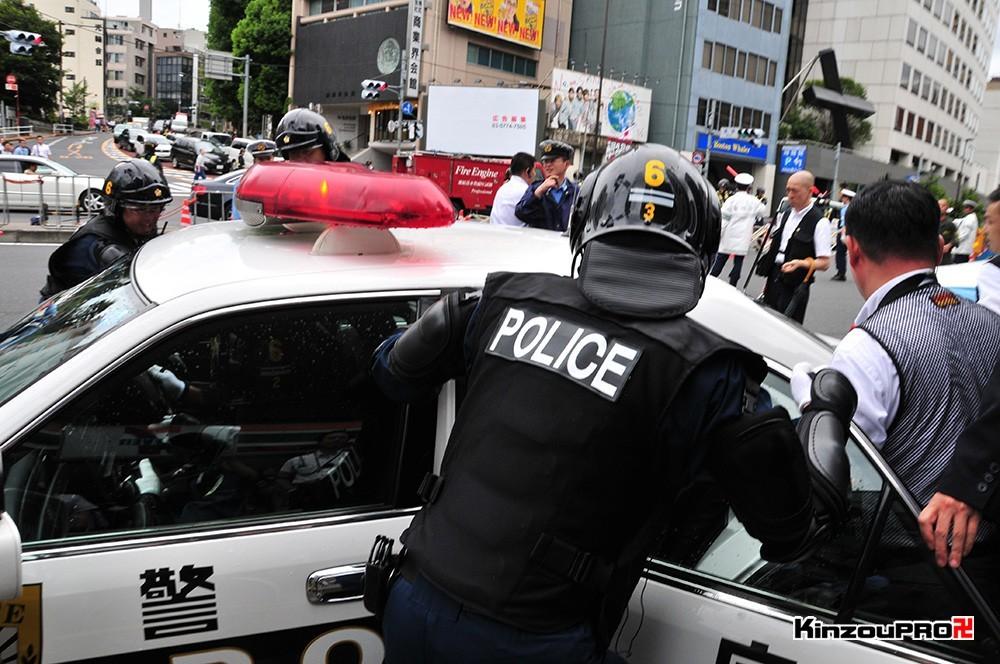 ロシア大使館前で激突大乱闘!武装警察vs街宣右翼「頭数じゃ負けねえぞ!」 34