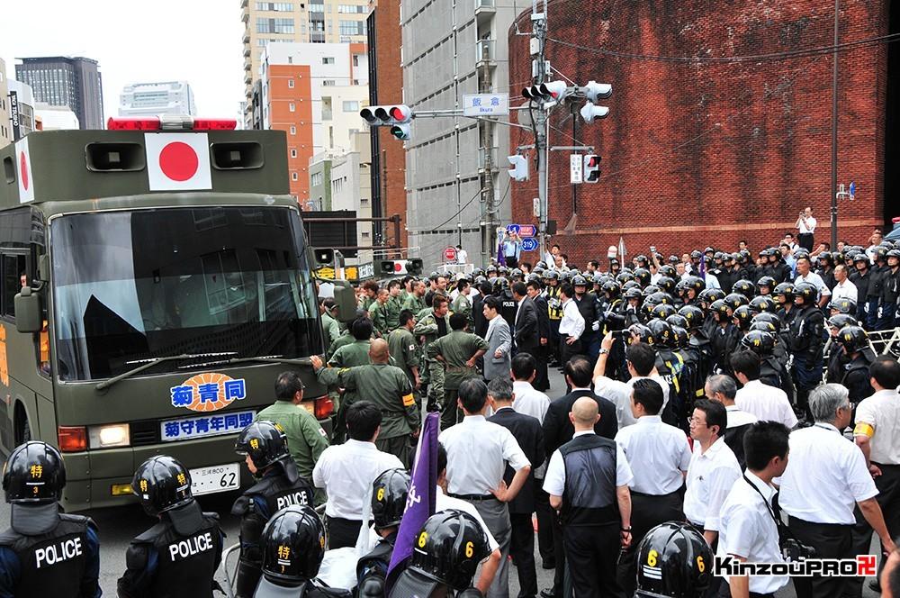 ロシア大使館前で激突大乱闘!武装警察vs街宣右翼「頭数じゃ負けねえぞ!」 22