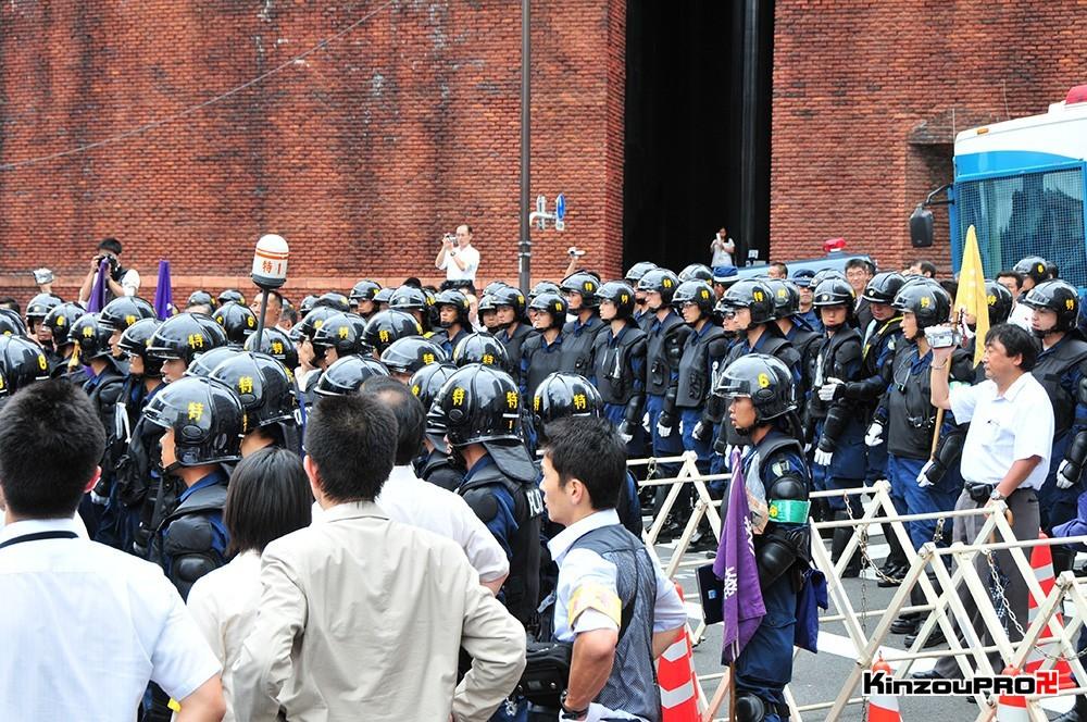 ロシア大使館前で激突大乱闘!武装警察vs街宣右翼「頭数じゃ負けねえぞ!」 23