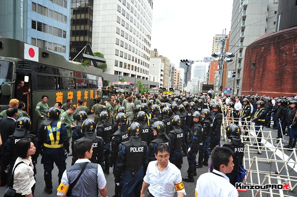 ロシア大使館前で激突大乱闘!武装警察vs街宣右翼「頭数じゃ負けねえぞ!」 30