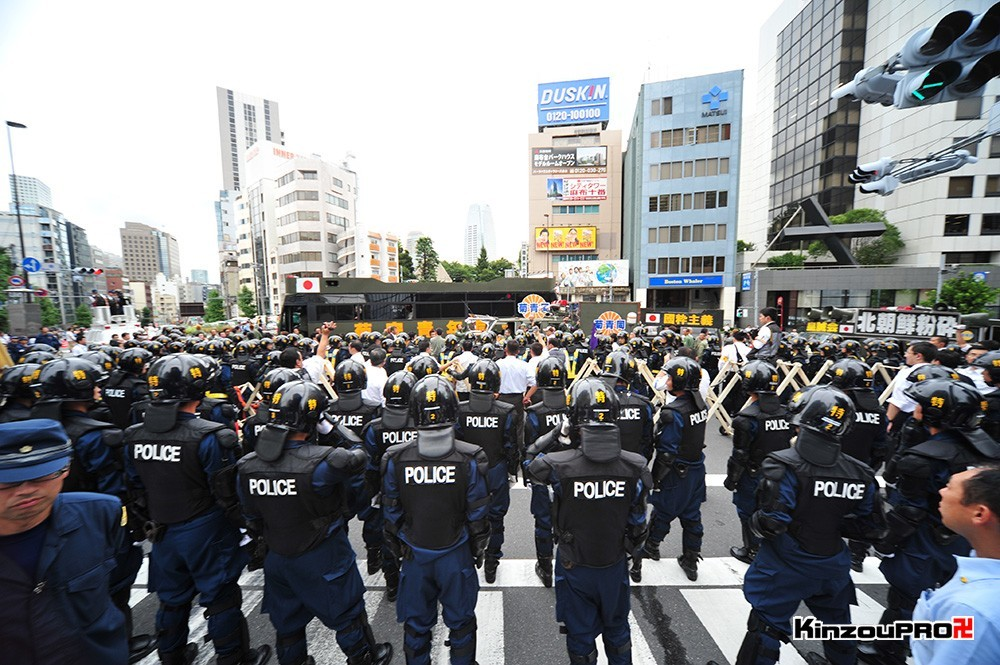 ロシア大使館前で激突大乱闘!武装警察vs街宣右翼「頭数じゃ負けねえぞ!」 29