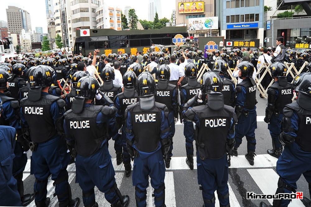 ロシア大使館前で激突大乱闘!武装警察vs街宣右翼「頭数じゃ負けねえぞ!」 28