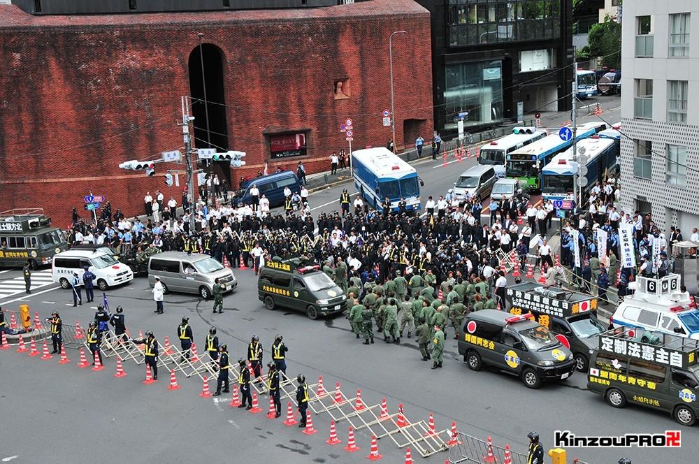 ロシア大使館前で激突大乱闘!武装警察vs街宣右翼「頭数じゃ負けねえぞ!」 31