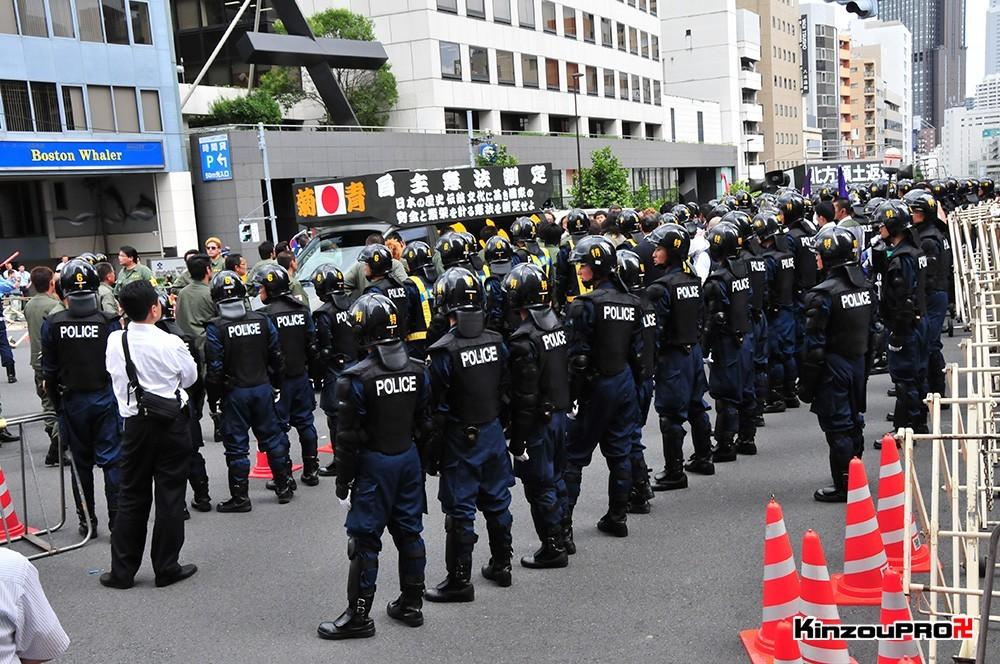 ロシア大使館前で激突大乱闘!武装警察vs街宣右翼「頭数じゃ負けねえぞ!」 27