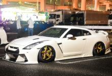 KUHLのAERO KITを装着したかっこいい白のR35 GT-R を雨の大黒で