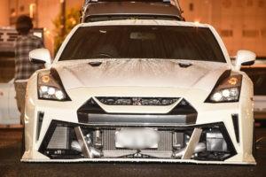 KUHLのAERO KITを装着したかっこいい白のR35 GT-R を雨の大黒で 3