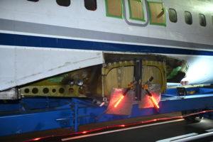 スカニアで飛行機を運ぶ!戦後初の国産旅客機「YS11」の陸送出発シーン 9