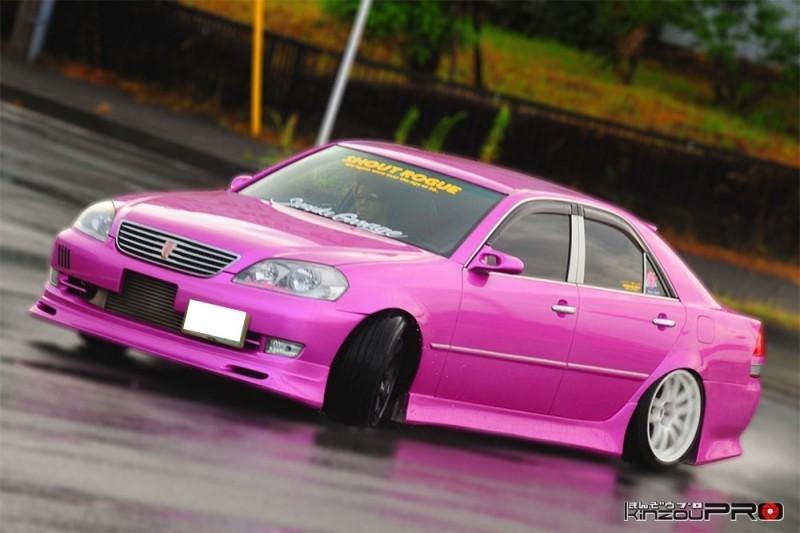 Photo of 【滑りの美学】チームSHOUT ROGUEのド派手なピンクの110マークⅡがウエットなストリートでドリフト!