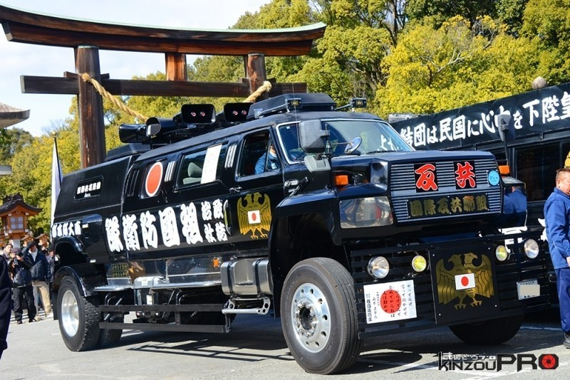 自衛隊より頼もしそうなフォードF700祖国防衛隊の街宣車 1