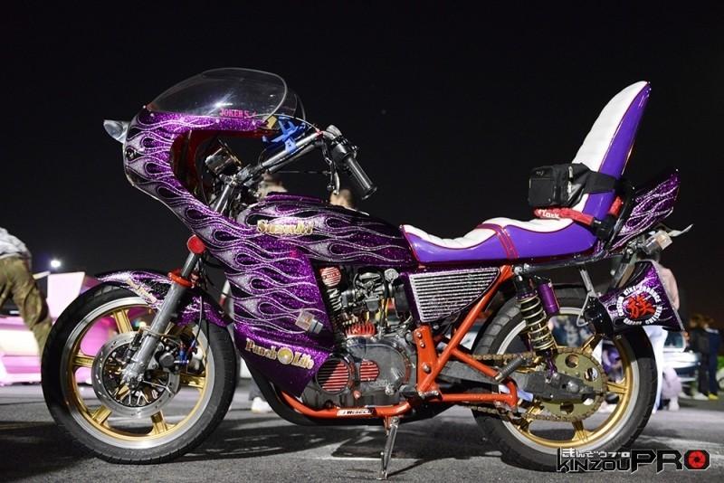 紫ラメが眩しいロケットカウル、三段シート、ツッパリテールの旧車フルアート作品 1
