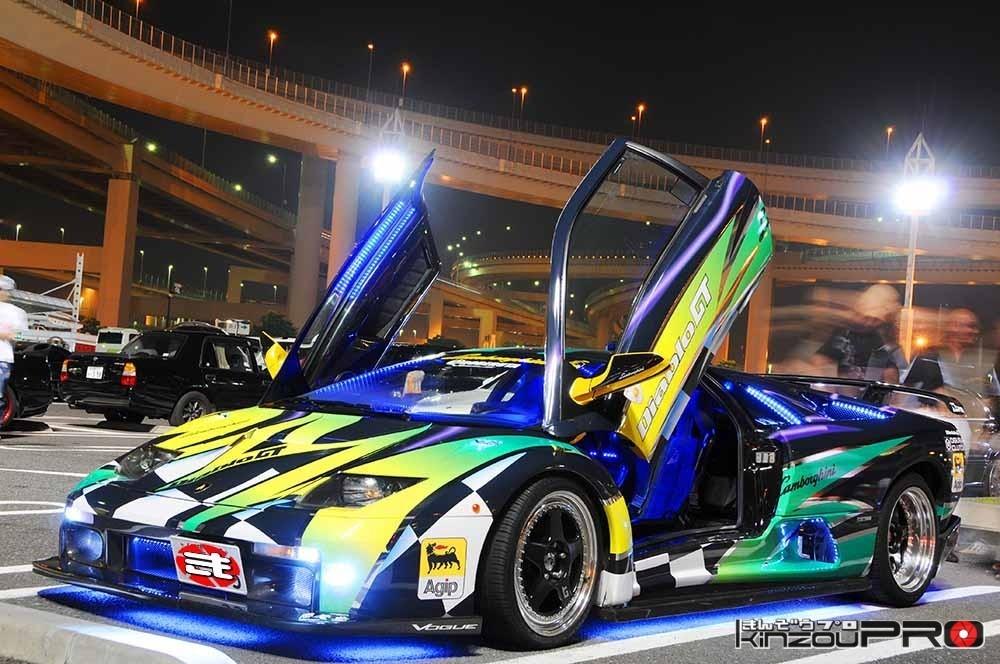 全体が青く光るダイナミックなカラーリングのランボルギーニ・ディアブロGT 1