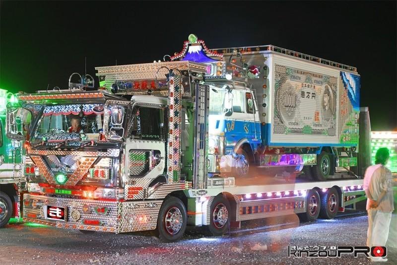 【光る街道美学】世紀の一瞬を捉えた!デコトラがジョナサン号を運ぶ感動のナイトシーンw 1