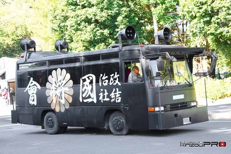 Photo of デコトラの装飾手法で厳つさ倍増!政治結社國将會の街宣車いすゞ「ジャーニーQ」
