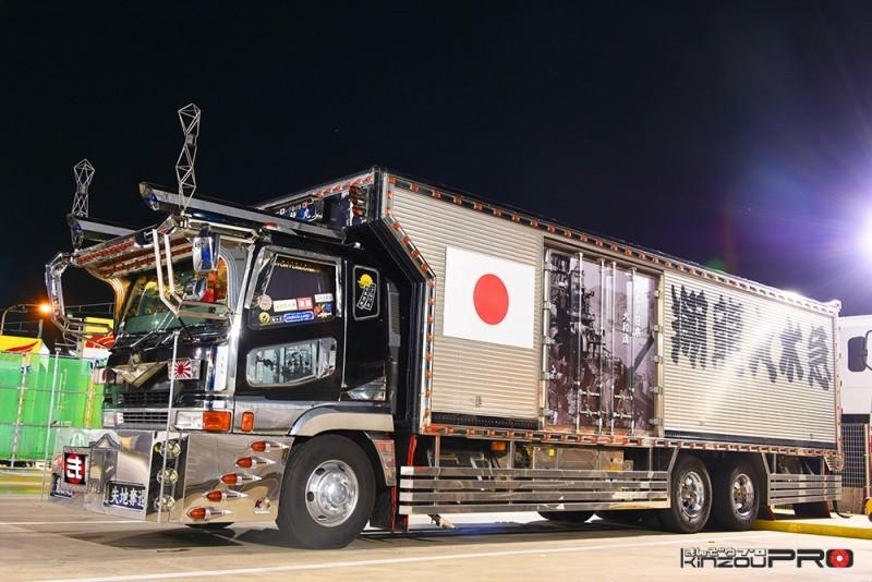 Photo of 働く男のデコトラ!大型冷凍車の翔龍丸水急が勇ましく感じる本当の理由