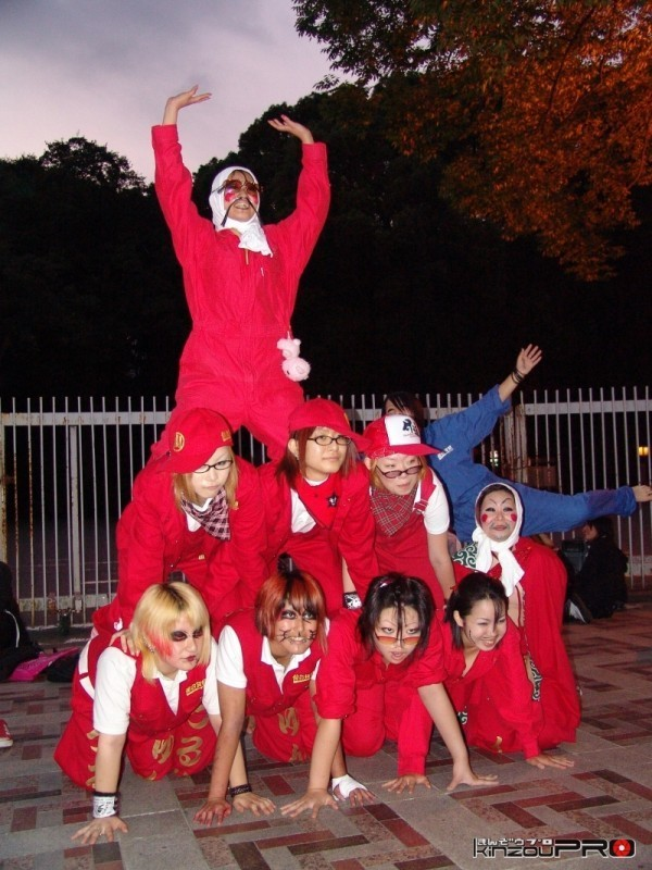 Photo of ビジュアル系バンギャの聖地神宮橋で披露された仙台貨物コスの組み体操w