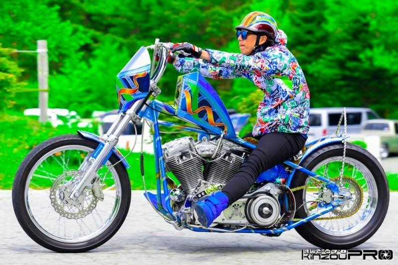 Photo of ニュースクールなお洒落すぎる!ライダーとバイクの一体型コーディネートチョッパー