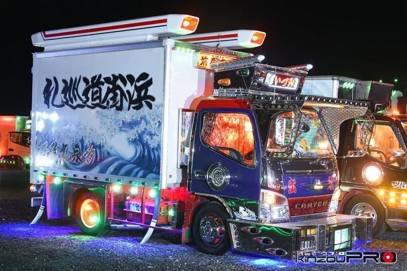 Photo of 【光る街道美学】泉丸急行の三菱ふそうキャンターフルアートの芸術的電飾ピカピカナイトシーン