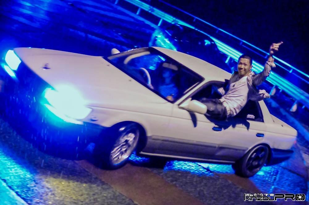 Photo of 狂った危険運転こそストリートの醍醐味?真夜中の雨の峠で箱乗りドリフト!