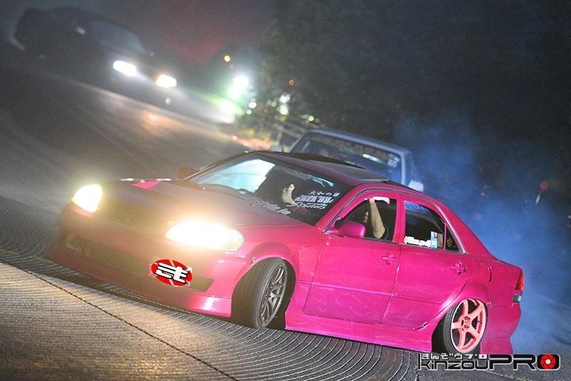 Photo of タイヤで書き初め?手塗り感が猥褻なピンク110の求道者が魅せるストリートドリフト【滑りの美学】