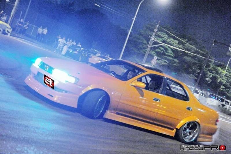 Photo of 【滑りの美学】オーバーフェンダーがいやらしいオレンジ90クレスタの深夜ストリートドリフト