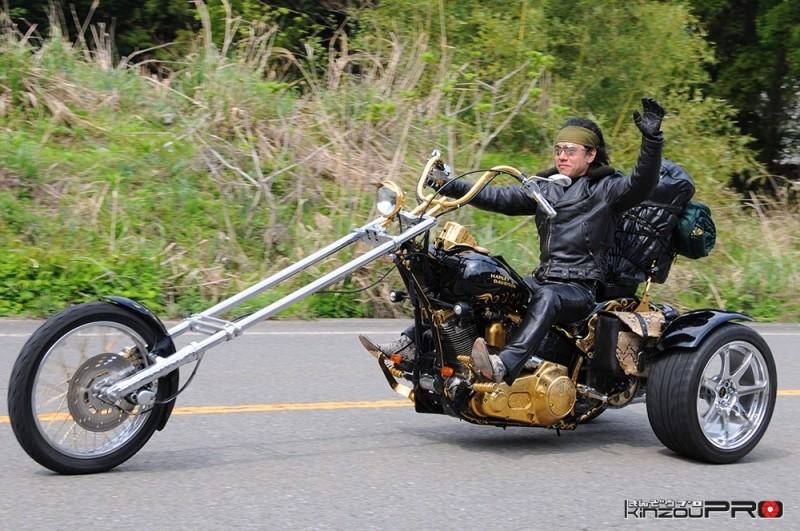 Photo of 金メッキエンジンチョッパートライクのライダーは蛇皮ブーツ!