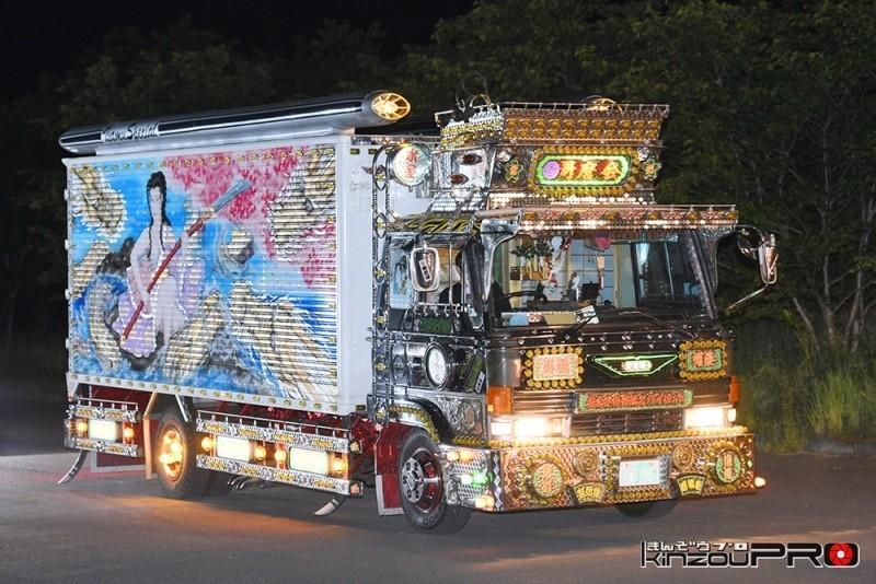グッチ(GUCCI)のCMに出たデコトラ哥麿会の美咲嬢の電飾ギラギラナイトシーン 1