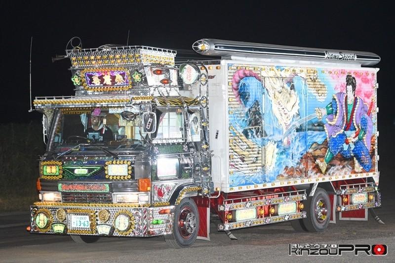 Photo of 歌舞伎町より光った!グッチ(GUCCI)のCMに出たデコトラ美咲嬢の電飾【光る街道美学】