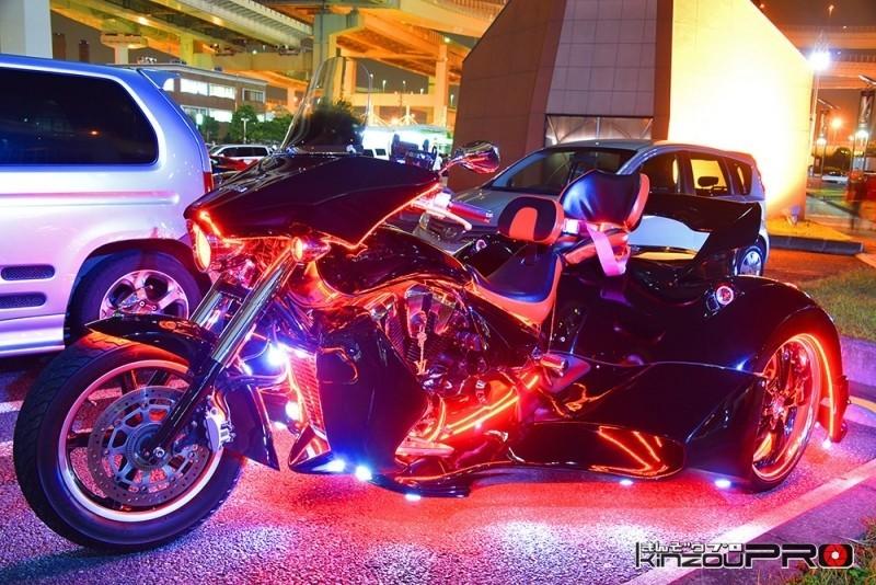 Photo of バイクにみなぎる血のように真紅に光る黒いトライクVT1300