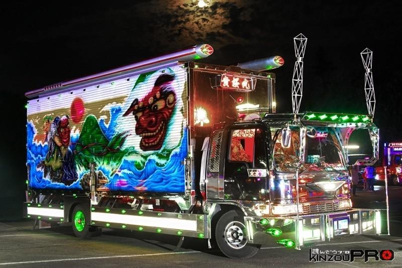 Photo of 【光る街道美学】スーパームーン前日の月とデコトラ貴桜丸ナイトシーン