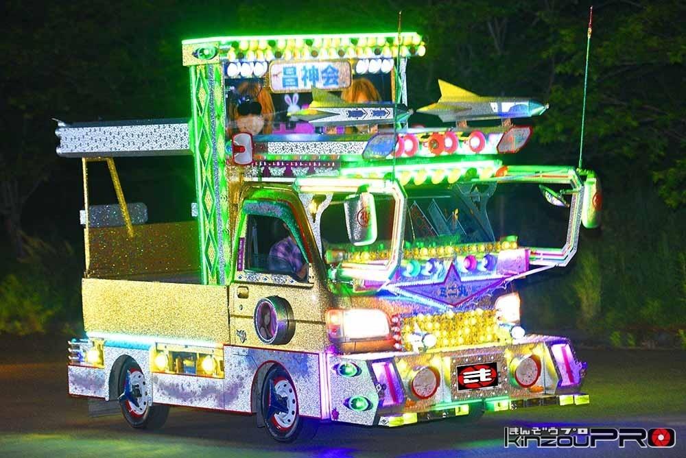 Photo of 【光る街道美学】狂ったように光って走る金ラメ銀ラメ電飾ギラギラ昌神会のミニ丸デコ軽トラ